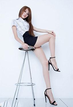 长发美女Aries短裙丝袜美腿写真